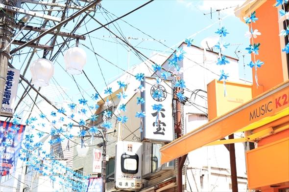 商店街中を覆う装飾。夏は涼し気なブルーに、秋になるとおみこしに合うオレンジに変える