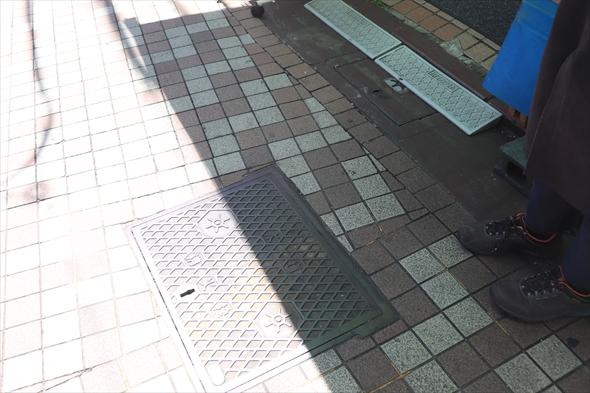 秋元さんが経営する「あきもとでんき」の店の前にもスタンドパイプ用の消火栓が