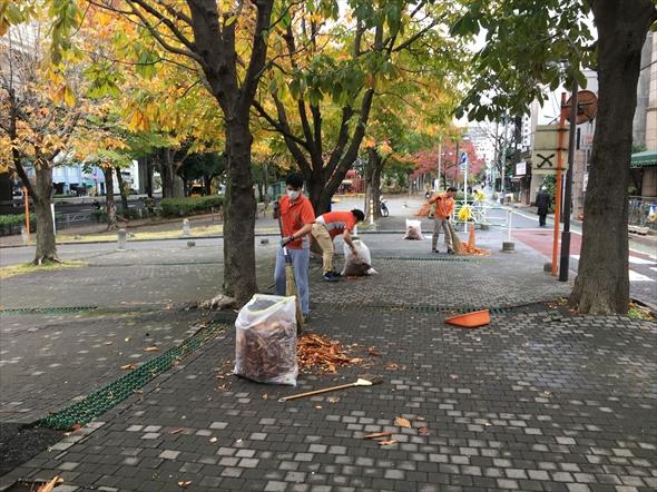 朝清掃の様子。小学校の登校時間帯と重なるので、防犯面でもありがたい活動です