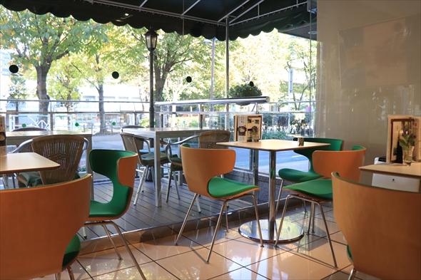 自然光がさしこむカフェ。天気のいい日には、テラス席で緑道を眺めながらの食事も最高