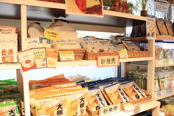 ショップには家庭に常備したくなる寒天を使った商品がいっぱいです