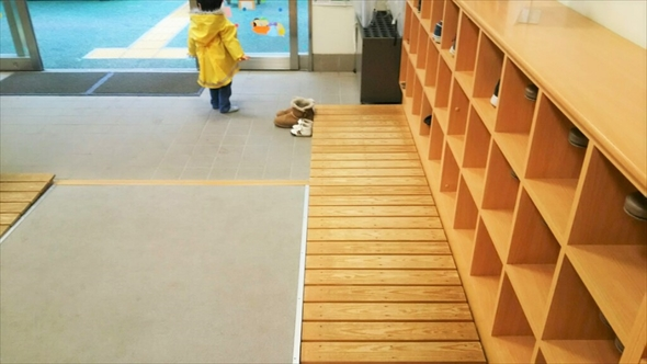 館内に入るとすぐ下駄箱があり、スリッパに履き替えます。