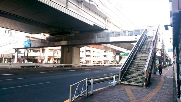 首都高の真下をくぐることになる歩道橋。