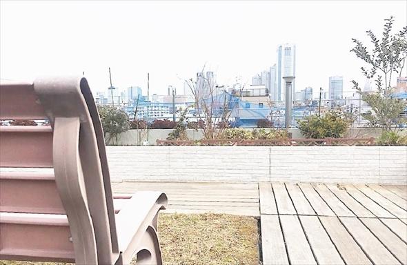視界を遮る建物がないので、新宿の高層ビル群が一望できます。