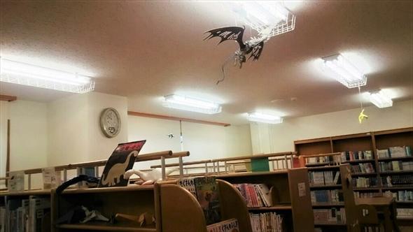 天井に恐竜がぶら下がっています。