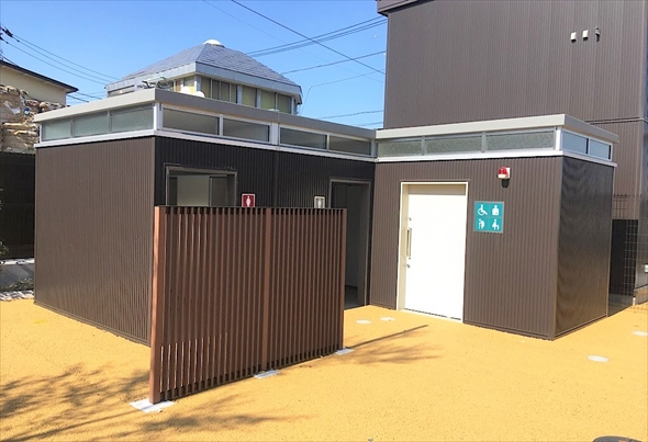 トイレの奥に見える建物は防災備蓄倉庫です。