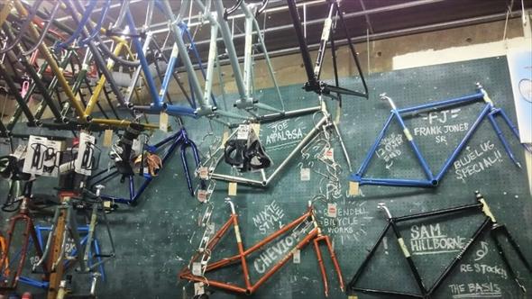 中に入ってみると、自転車のパーツがずらり。