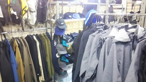 自転車以外にも洋服やバッグなど雑貨も並んでいます。