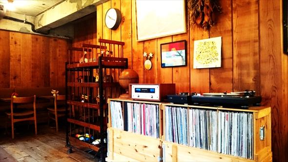 店内にはレコードやプレーヤーも。