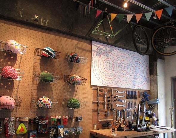 カラフルなヘルメットがかわいい! 中でカフェともつながっています。