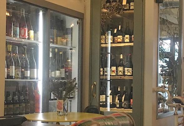 こちらは店内のワインセラー。おいしいビオワインがそろっています。