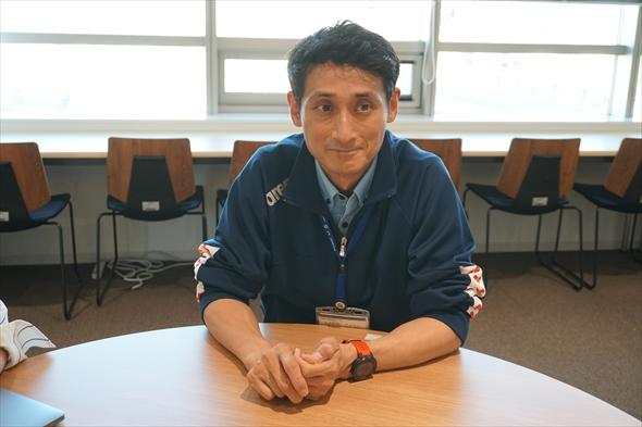 堀川徹朗さん 株式会社渋谷サービス公社に勤務。中幡小学校温水プールで開催されている知的障がい者(児)向けの水泳教室スウィミー運営を担当。幅広い世代の区民への運動指導を実施。