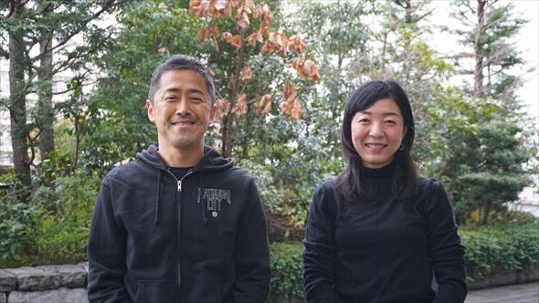 (右)佐々木桐子(ささき・とうこ)さん:初台生まれ、初台育ち。つながる菜園プロジェクトのプロジェクトリーダーであり菜園コミュニケーター。小5、中2の子どもの母でもある。(左)荒島智貴(あらしま・ともき)さん:愛知県生まれ。初台出身のパートナーとの間に子どもが生まれたのを機に初台在住に。つながる菜園プロジェクトのサブリーダーであり菜園コミュニケーター。小6の子どもの父でもある。