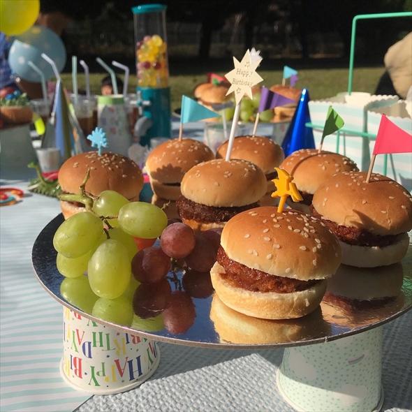 多摩市の小学校の取り組みを知った頃、佐々木さんが行っていたのが子どもたちと公園など自然の中で食事をする「青空パーティー」という食育活動。「子どもたちに食べることを楽しんでほしい」「テーブルを囲む温かみを知ってもらいたい」という思いから始めたものとか。