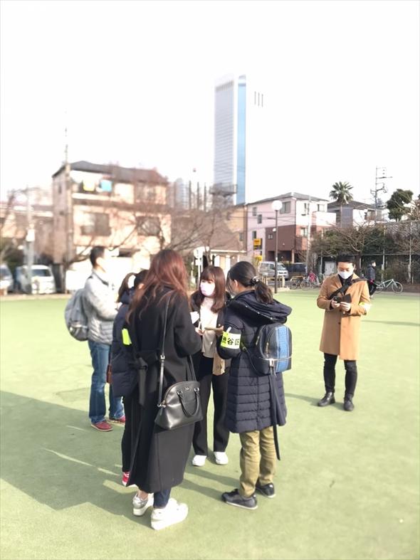 公園インタビューの様子。学生チームでインタビュー内容を確認しています。